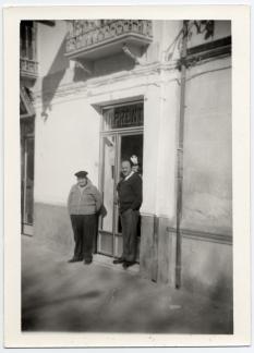 Mi abuelo y su suegro, en la puerta de entrada de la imprenta. La misma que hay en la actualidad.